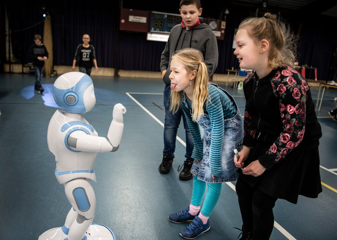 Contact maken met een robot tijdens een eerdere Dag van de Techniek in Wijchen.