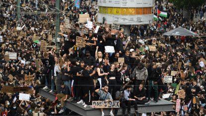 IN BEELD. Social distancing? Hoe mensen bij de wereldwijde protesten tegen politiegeweld afstandsregels overboord gooien