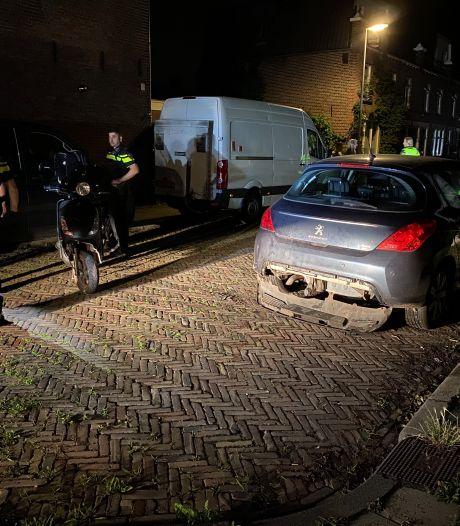Scooterrijder knalt midden in de nacht op geparkeerde auto in Deventer