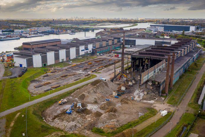 Over een paar maanden is er niets meer te zien van de fabriek. Ook de drie schoorstenen gaan tegen de vlakte.