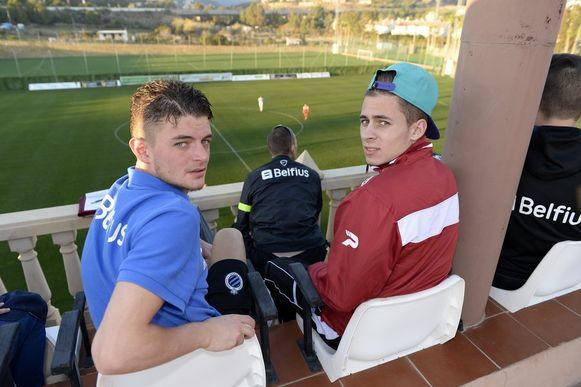 Thorgan Hazard bekeek samen met Lestienne de oefenmatch in de tribunes.
