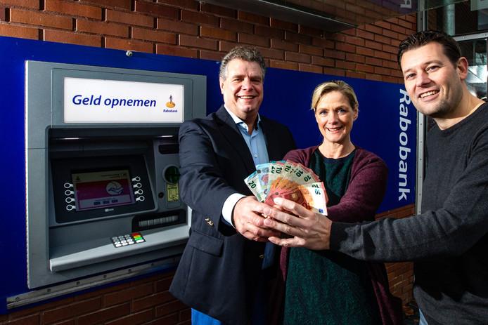 Bewoners van Laren spelen zelf voor bank.