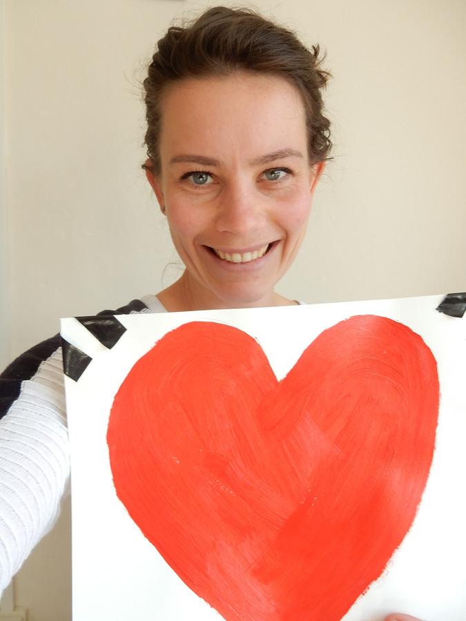 Julia Mulder met een groot rood hart.