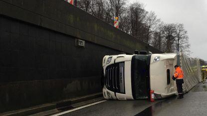 Leonardtunnel versperd door gekantelde vrachtwagen