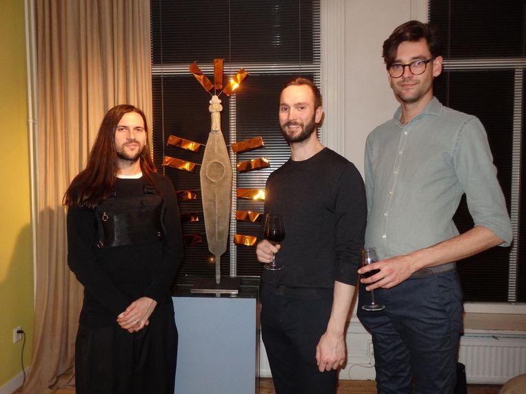 Kunstenaar Jorge Mañes Rubio zelf. Met architect Javier Martínez Ávila en interior designer Oscar de Bakker. Beeld Schuim