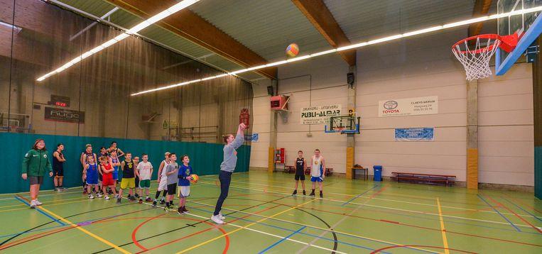 WERVIK  Wereldtopper Emma Meesseman in actie tijdens de Kerststage van de Wervikse basketbaljeugd.