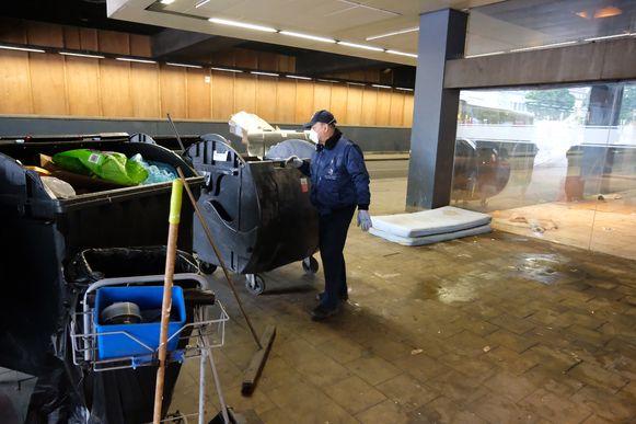 In het Noordstation in Brussel zijn poetsploegen met de opkuis begonnen.