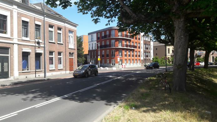 StaySolutions stopt met de huur van twee panden (links) aan de Delpratsingel, voor bewoning door 38 arbeidsmigranten.