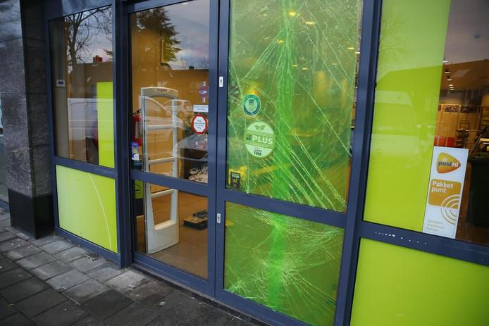 De deur van de supermarkt in Raamsdonksveer raakte beschadigd.