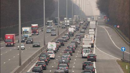 Isolatieplaten op E40 richting Brussel opgeruimd, lange file lost op