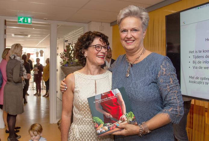 Uitreiking van het kookboek 'De maaltijd wordt weer een feestje' in het ETZ. Links: Janny van de Laar, Rechts: Marie-Joze van Riel