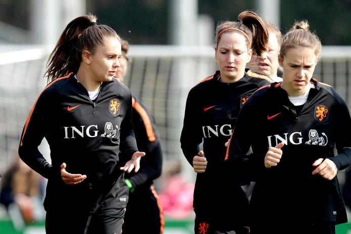 Lieke Martens (l) en Vivianne Miedema (r) bij de training van Oranje