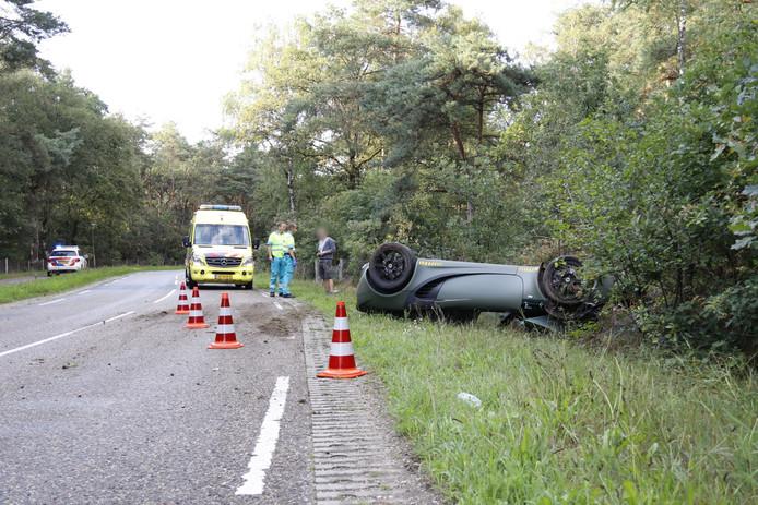 De bestuurder van deze Lotus Elise kwam met de schrik vrij nadat hij over de kop sloeg bij Ottersum.
