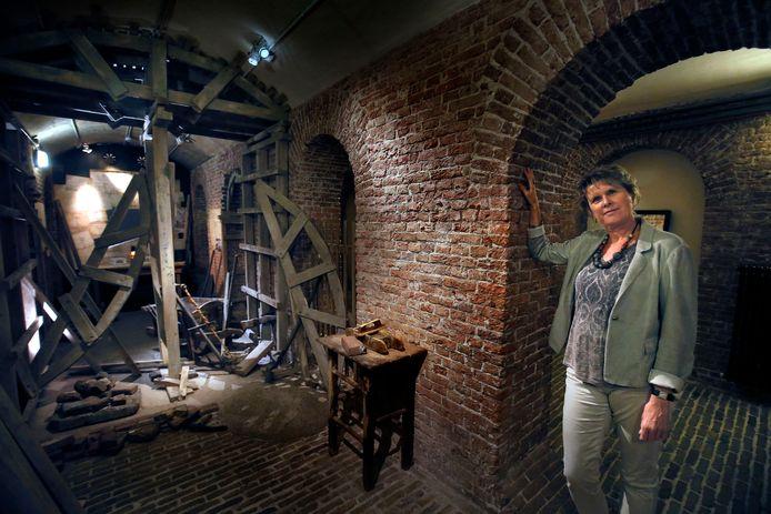 Andrea Kieskamp, samensteller van de tentoonstelling Cultuur onder vuur  in de kelders van Slot Loevetein