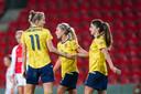 Daniëlle van de Donk feliciteert Vivianne Miedema met weer een goal.
