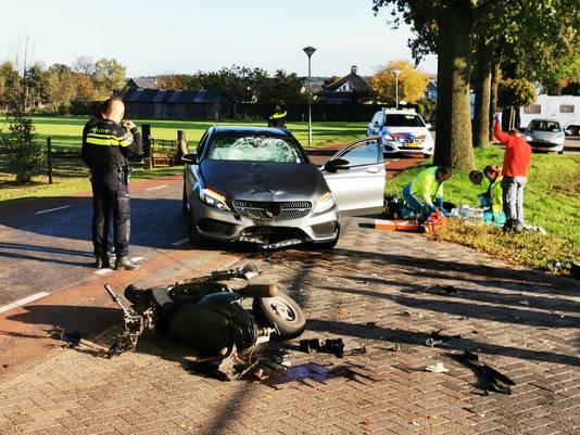 De auto en scooter na het ongeluk.