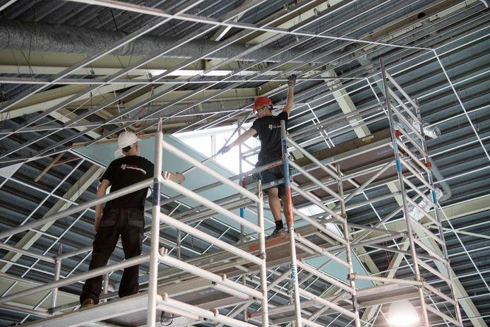 Werkzaamheden aan het plafond in zwembad De Kiefer Dedemsvaart.