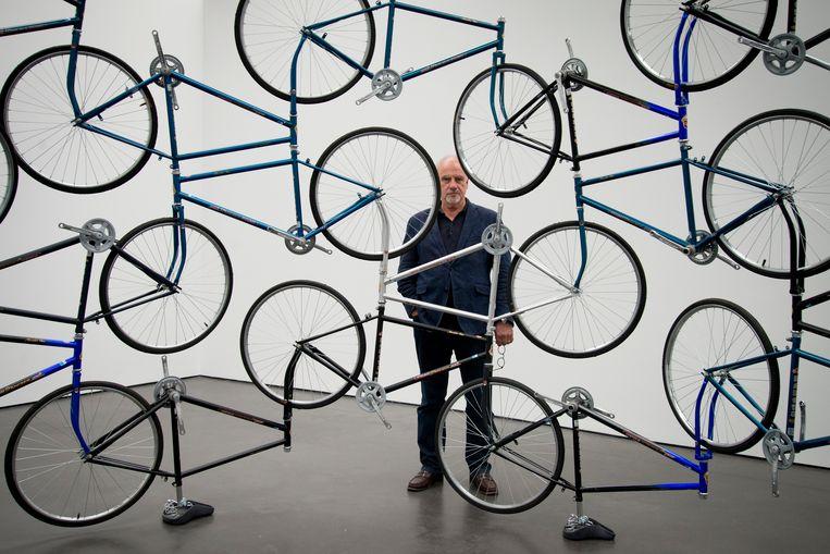 Hendrik Driessen bij het werk 'Forever Bicycles' (2003) van Ai Weiwei, dat speciaal voor de jubileumtentoonstelling is teruggekomen. Beeld Roos Pierson