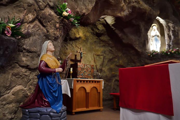 De Lourdesgrot in de Lourdeskerk in Bergen op Zoom trekt nu op zondag al veel volk.