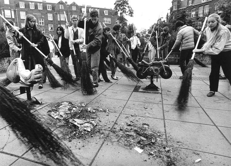 Archiefbeeld uit 1986. In het kader van de ontgroening hebben zon 50 leden van de studentenvereniging I.A.N. donderdagmiddag het Amsterdamse Steve Bikoplein schoongeveegd. Hier zijn de nulde-jaarsleden bezig op een kinderspeelplaatsje. Beeld null