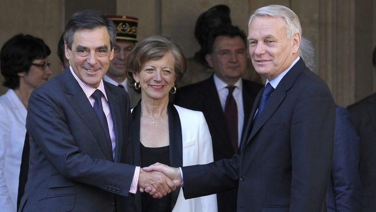 Oud-premier Francois Fillon (links) en de huidige premier Jean-Marc Ayrault (rechts) staan in deze kwestie lijnrecht tegenover elkaar Beeld EPA
