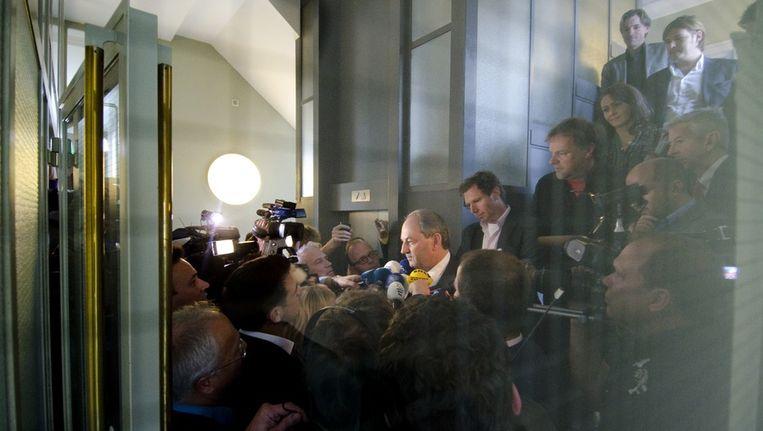 PvdA-partijleider Job Cohen wordt na afloop van het wekelijks fractieberaad massaal opgewacht door de pers. Beeld null
