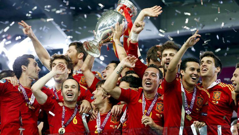 De spelers van het Spaanse elftal vieren de overwinning van het EK in 2012 Beeld anp
