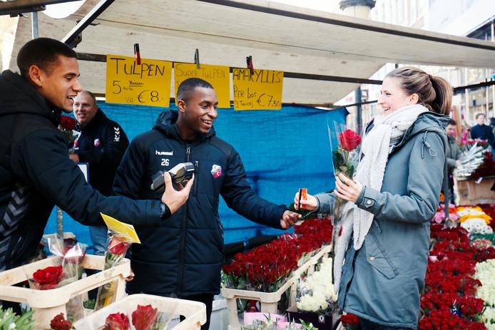 FC Utrecht-verdedigers Ramon Leeuwin en Darren Rosheuvel doen op Valentijnsdag hun best om bloemen te verkopen.