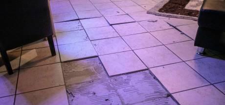 Tegels uit vloer komen omhoog in woning Arnhem, bewoners uit pand gehaald