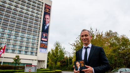 61 meter hoog en 6 meter breed: zo groot prijkt Helmut Lotti op het Crowne Plaza Hotel