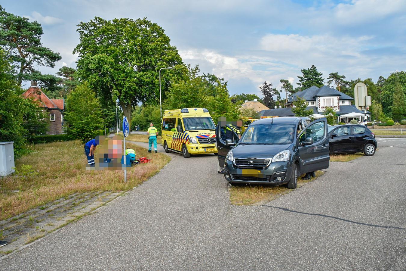 Een aantal automobilisten hebben een andere automobilist uit zijn auto bevrijdt in Doorwerth, nadat hij onwel was geworden