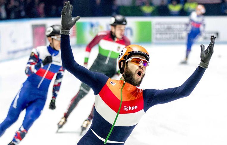 Sjinkie Knegt juicht na het winnen van de 5000 meter finale relay tijdens het WK Shorttrack. Beeld EPA