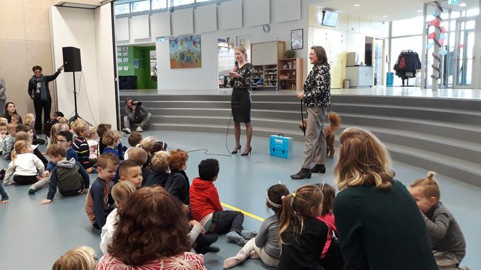 Eveline Miltenburg-Driest overhandigt namens de Jury Excellente School de tegel en de koffer aan directeur Kenter van De Touwladder.