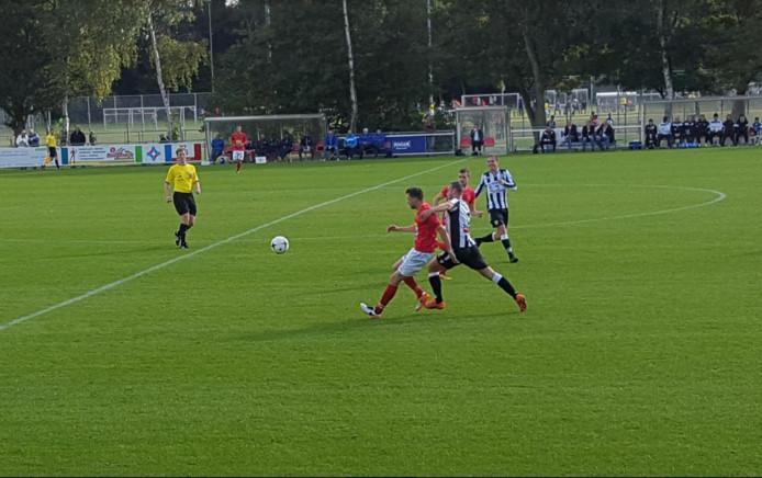 Nick de Groote vecht zich in het duel. De Belgische buitenspeler kon Hoek bij zijn eerste competitieduel als basisspeler niet langs Zwaluwen helpen.
