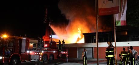 Brandweer probeert vuur in Tilburgs bedrijfsverzamelgebouw 'binnen' te houden: ondernemers kijken machteloos toe