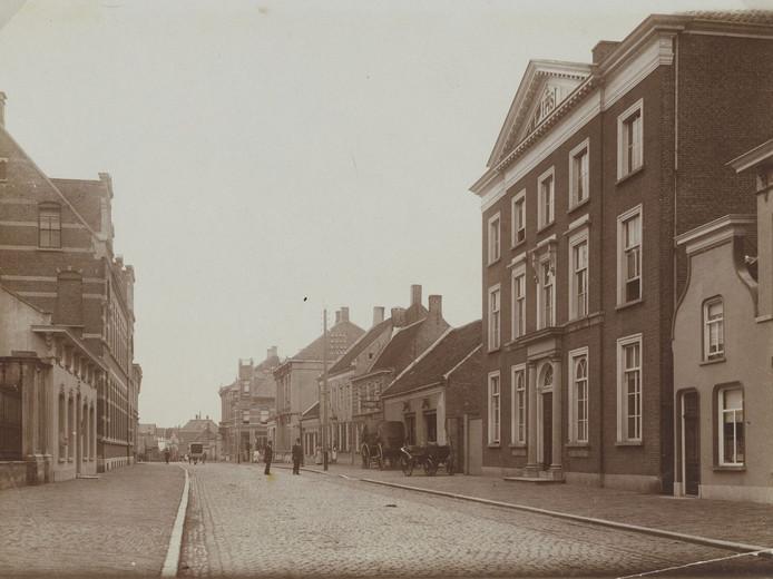 Markt met links Sint Anna en rechts het Poortgebouw, Oudenbosch.