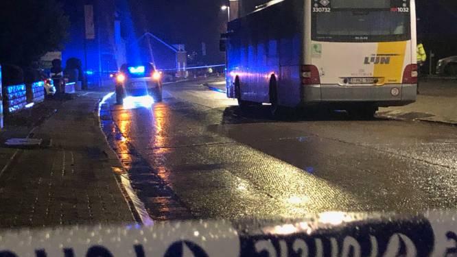 Jongen (16) stapt af en wordt gegrepen door auto die bus voorbijsteekt: slachtoffer in levensgevaar naar ziekenhuis