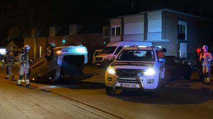 Auto over de kop bij ongeval, chauffeur overgebracht naar het ziekenhuis