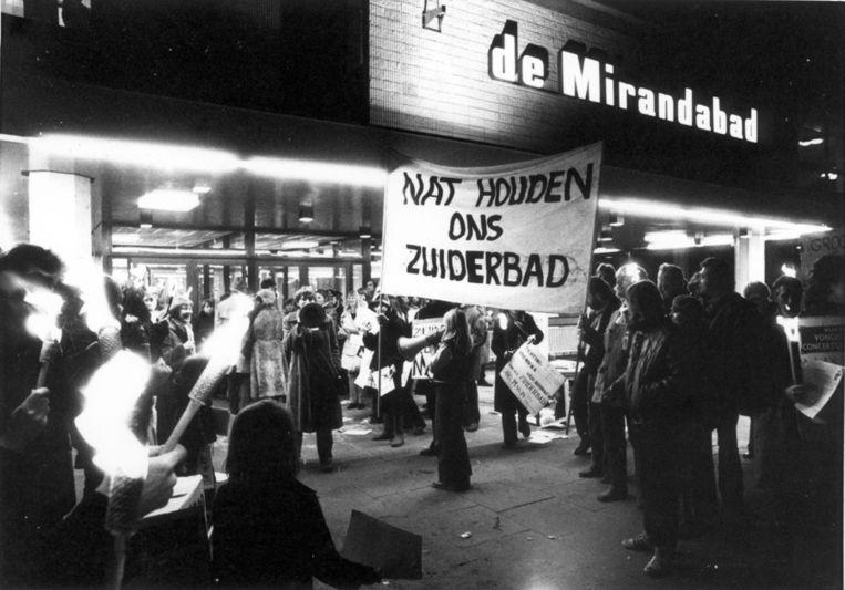 Demonstratie tegen de sluiting van het Zuiderbad voor de ingang van het net verbouwde Mirandabad. 2-2-1979. Beeld ANP