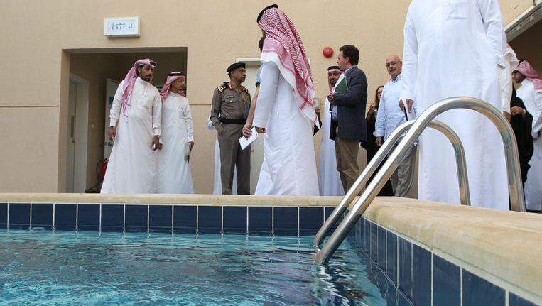 Saoedische regeringsfunctionarissen tonen de pers het zwembad van het nieuwe centrum, Beeld afp