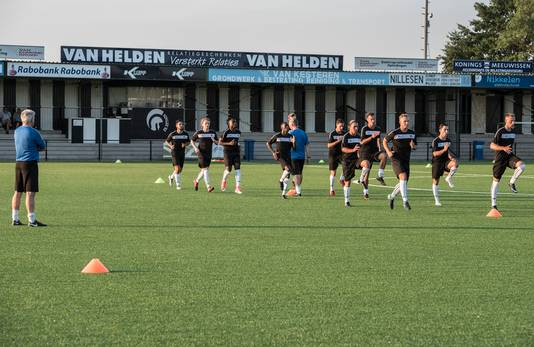 Technisch manager en assistent-trainer Frans Derks (links) kijkt toe.