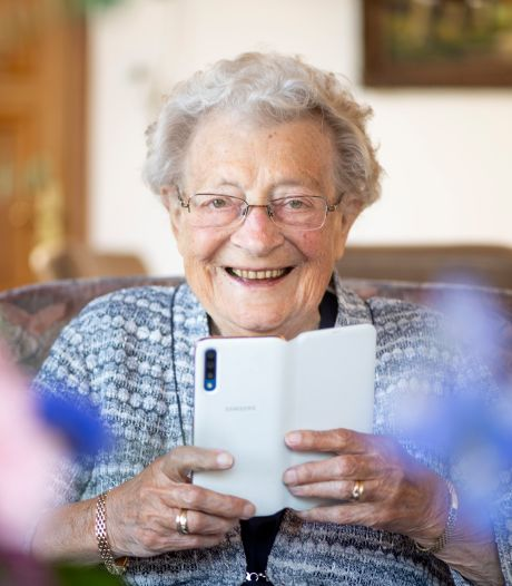 Hanneke viert 100ste verjaardag: ontelbaar veel boeketten en verrassingsparade