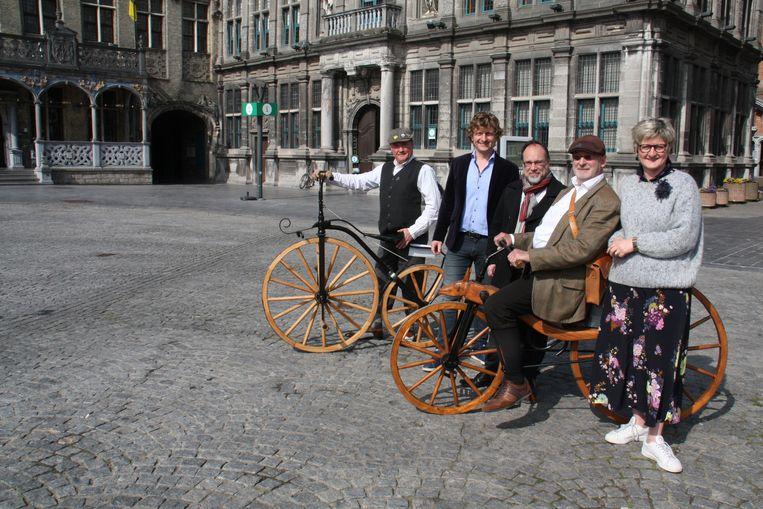 Wereldprimeur in Veurne: eerste intergemeentelijke wielerwedstrijd vond daar plaats. Foto: Eric Desmet (retrofietsclub), professor Pascal Delheye, burgemeester Peter Roose, Toon Duyck (professor Vélo) en schepen Celine Mouton