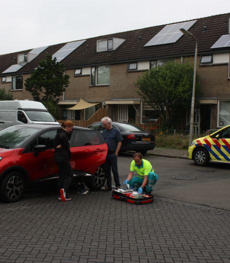 Fietsster na aanrijding meegesleurd door auto