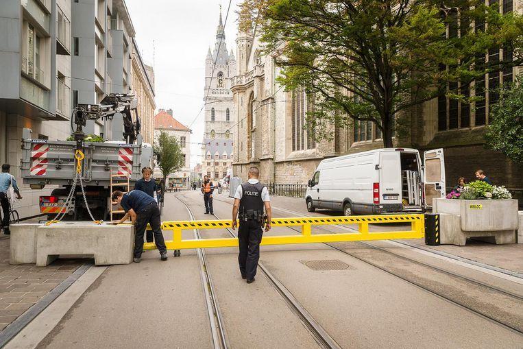 De betonblokken wegen - zonder bloembakken op - liefst 1.700 kilogram. Bij weinig volk blijven de poorten openstaan.