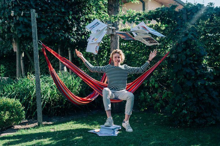 Kas gooit zijn niet-herbruikbare schoolboeken de lucht in.