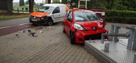 Kleine auto en bestelbus botsen tegen elkaar in Aalten