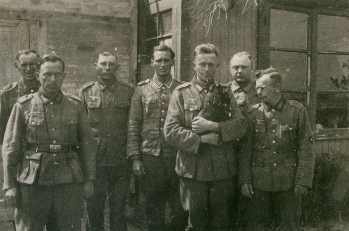 Duitse soldaten in 1944 bij hun - niet meer bestaande – onderkomen van Stelling 34.