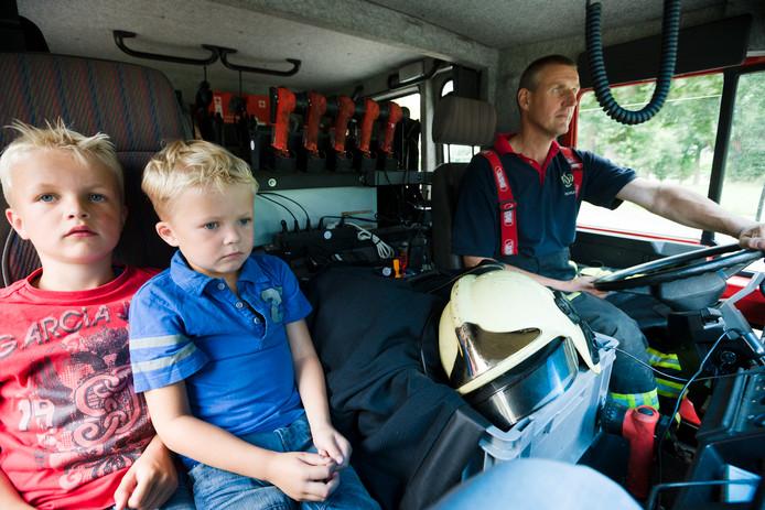 Een spannende rit in een echte brandweerauto. foto Michel Beskers IPTCBron  mbcode;info#michelbeskers.nl  Brandweermiddag voor de jeugd. Kinderen mogen zich uitleven met allerlei brandweerapparatuur.  Twan en Kas mochten voorin de brandweerauto,.. best spannend...;Ruurlo;Nederland;NL