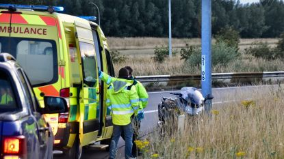 Motorrijder glijdt uit op oliespoor op verkeerswisselaar in Aalbeke